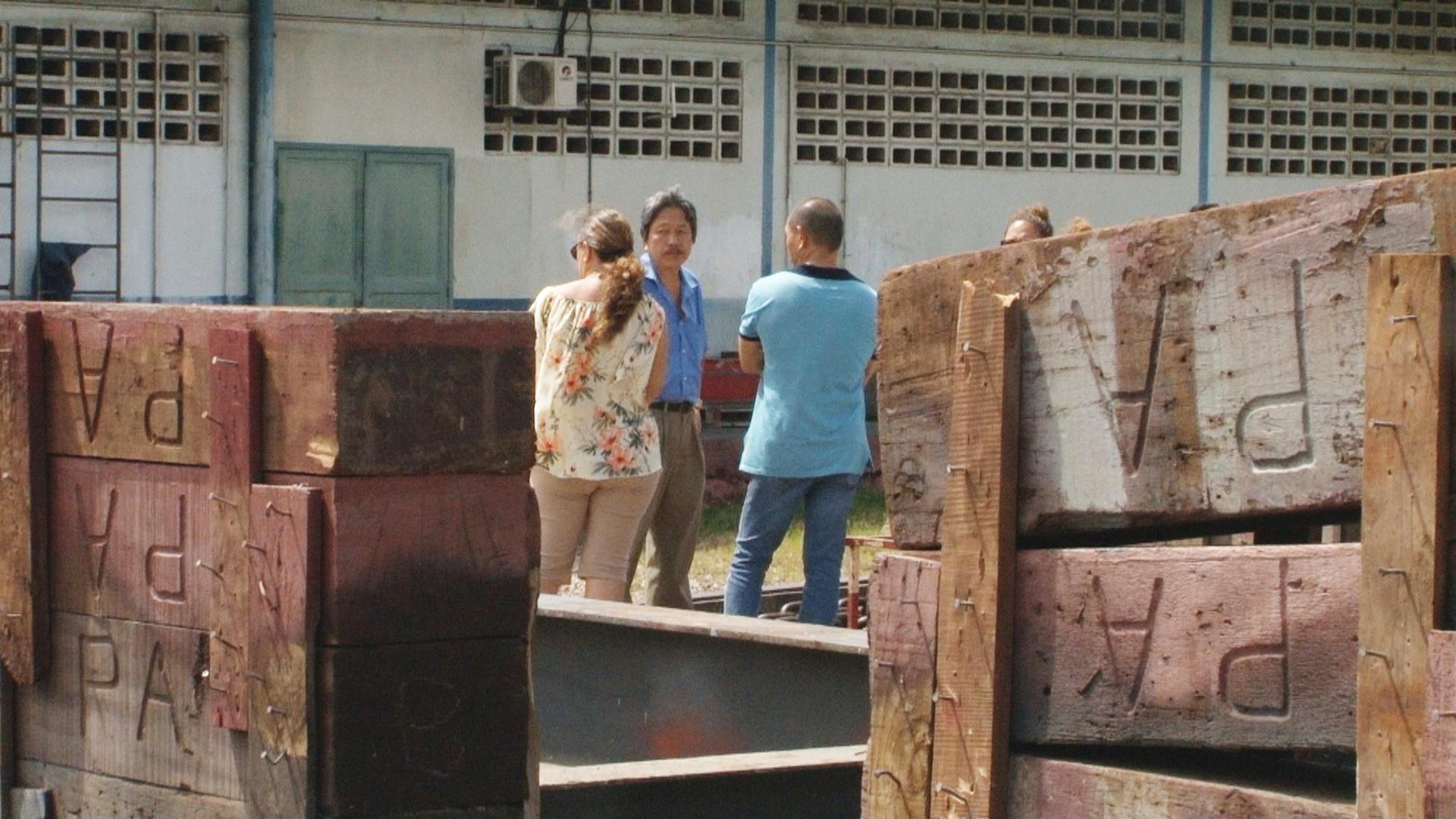 Les agents du Port autonome répondent aux questions des visiteurs